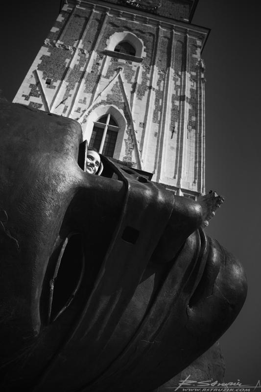 Kraków, Rynek. Krakowskie dzieło Igora Mitoraja na tle wieży ratuszowej. Wielkość i wyrazistość rzeźby tworzą niesamowity klimat.