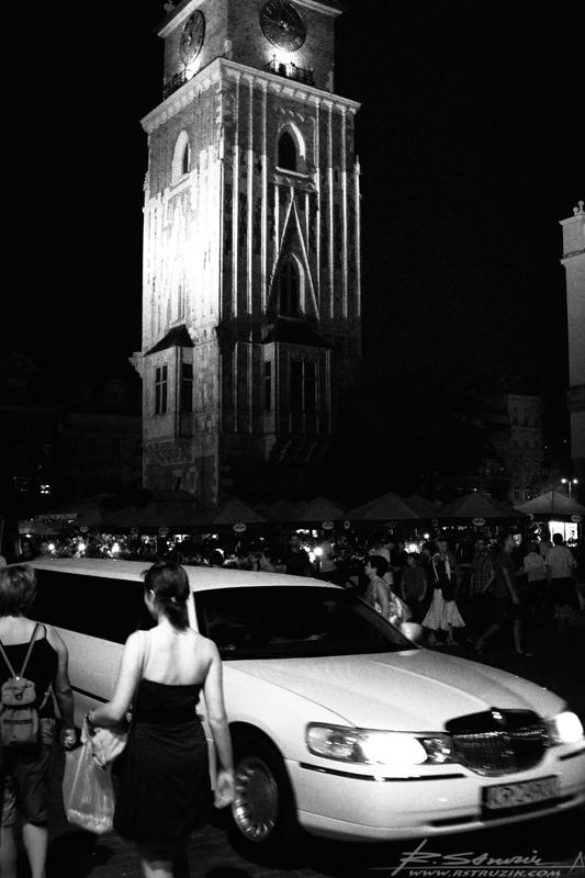 Kraków, Rynek. Jak przyznało na nocne życie, zaczyna sie ono... w nocy.