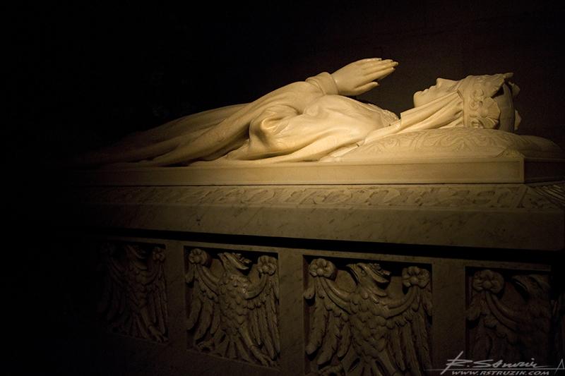 Kraków, Katedra Królewska na Wawelu. Sarkofag Królowej Jadwigi podczas wystawienia jej relikwiów.