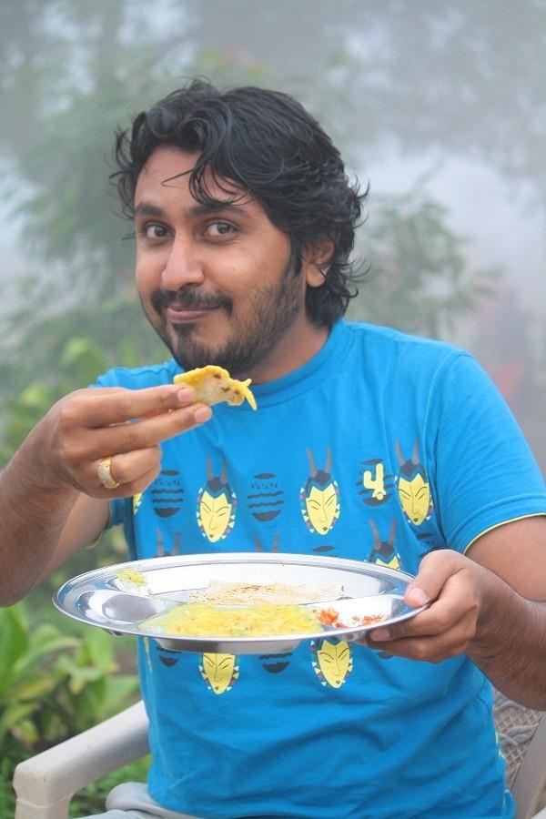 Me, offering the delicious Pitla Bhakri