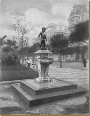 Manequinho em sua localização original, na Avenida Rio Branco, na atual Cinelândia