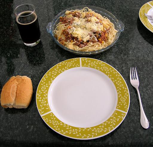 Espaguete italiano se come com pão, sem faca