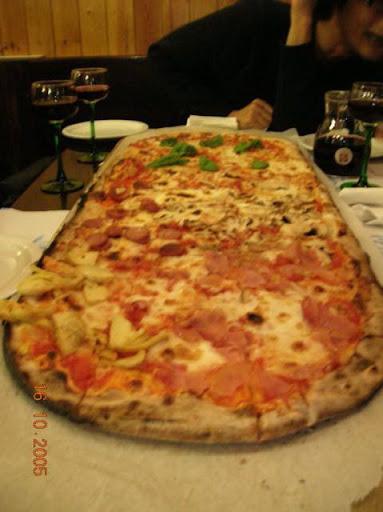 Pizza em metro num restaurante da Itália
