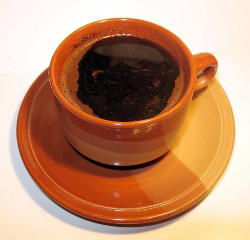 O café é diluído na água