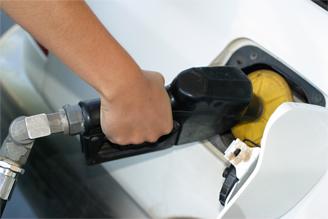 Carro sendo abastecido de gasolina