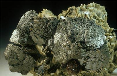 Esfalerita, calcopirita, arsenopirita, siderita y mica