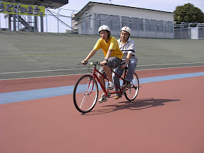 走路を快走するタンデム自転車