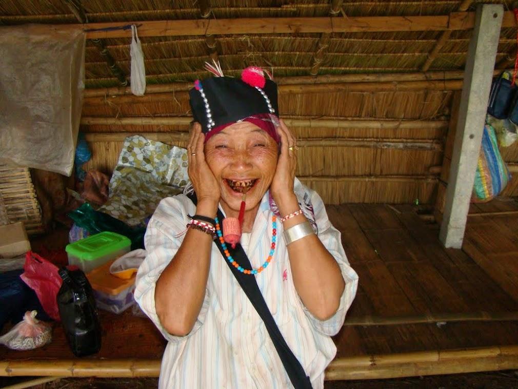Бабка местной народности с удовольствием позирует с курительной трубкой
