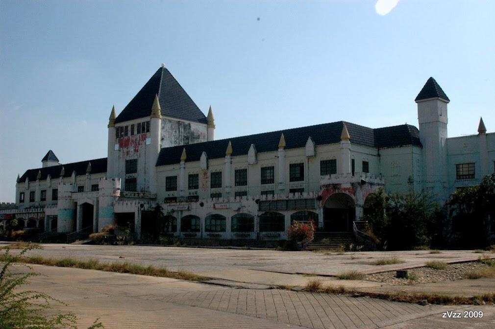 Построено фарангом как шоппинг-центр деять лет назад, но что-то не срослось, и тайцы не пошли. Теперь стоит без дела. Большое и красивое, в стиле европейских замков, причем тема выдержана аккуратно, комплекс большой.