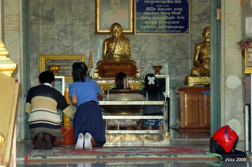 Прихожане в храме в Канчанабури