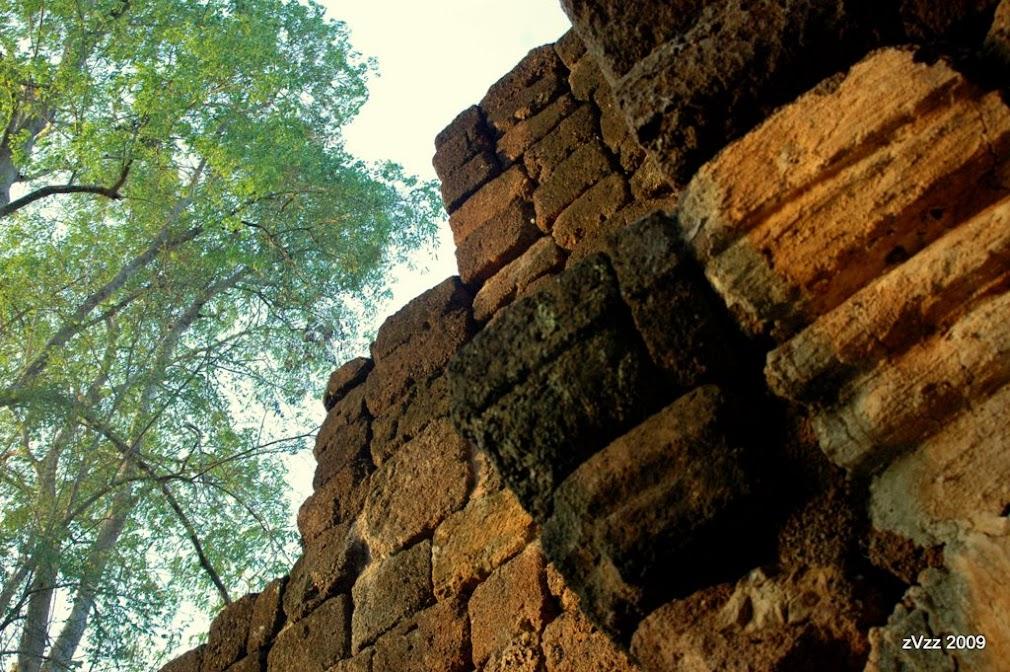 Когда-то здесь кипела жизнь, люди спешили по своим тайским делам, храмы принимали страждущих, а толстые стены защищали форт от бирмачей
