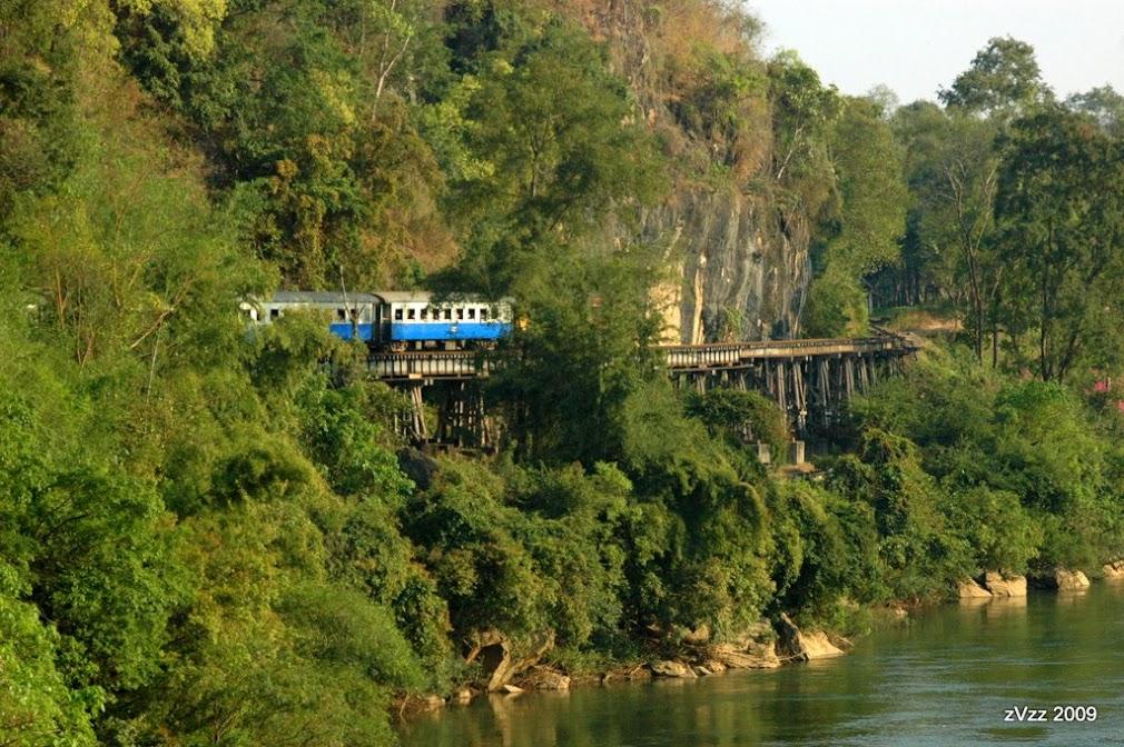 Поезд на построенной японцами и еще не разваливащейся дороге смерти в Красае, Канчанабури