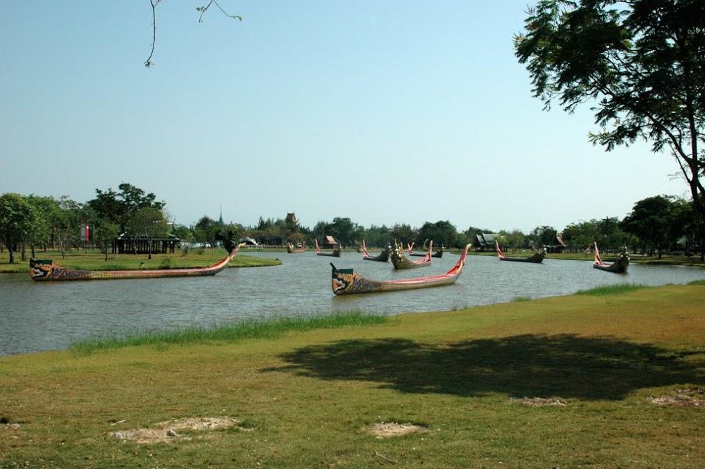 Старинные королевские ладьи в парке Мыанг-Боран