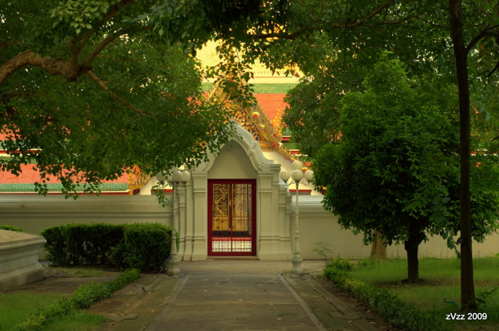 Одни из ворот храма Сакет