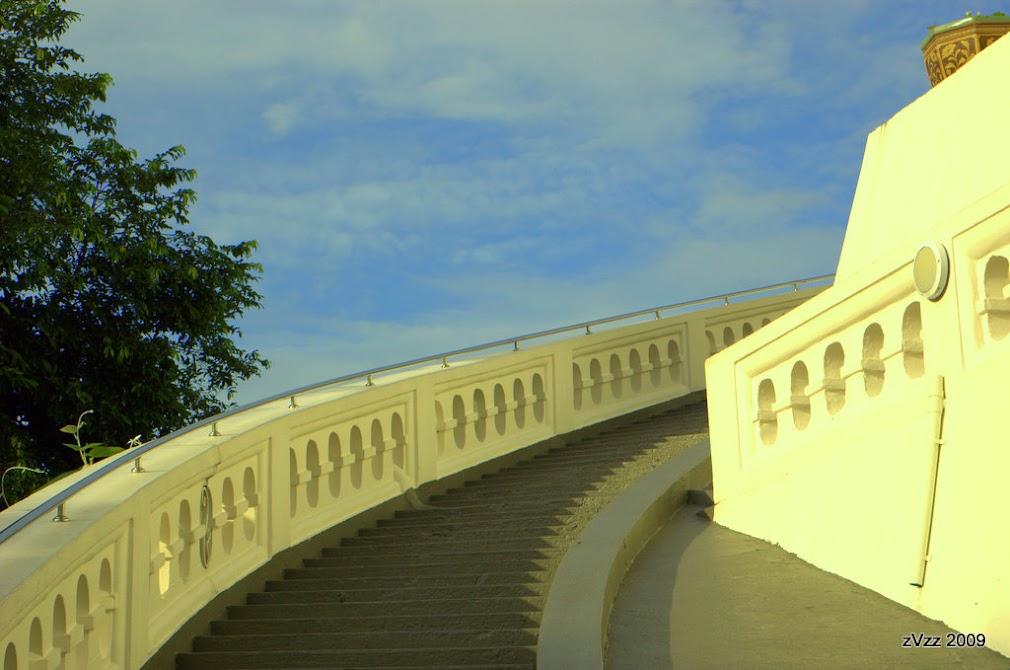 Лестница на Храме Золотой Горы в утреннем свете