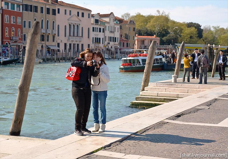 Италия, Венеция, фотографы на набережной Fondamenta Santa Lucia