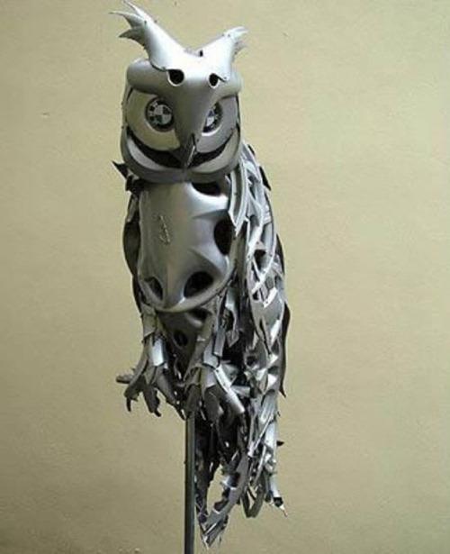 Esculturas feitas com calotas de carro