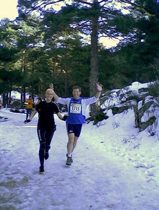 ana y carlos corriendo sobre nieve
