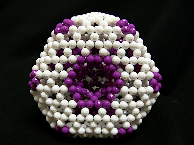 estructura molecular con abalorios