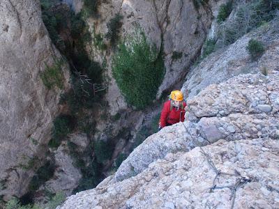 La Sílvia arribant a dalt l'agulla sobre el pont de roca