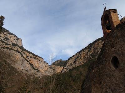 Sant Aniol d'Aguja i els cingles propers