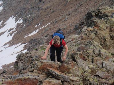 La Sílvia grimpant per la cresta