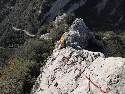 La Sílvia avançant per la cresta