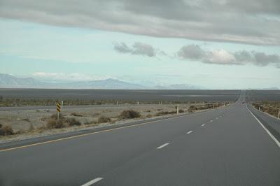 荒地の中をまっすぐ突き抜ける道路