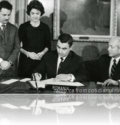 Florea Dumitrescu semneaza acordul de aderare a României la FMI si BIRD