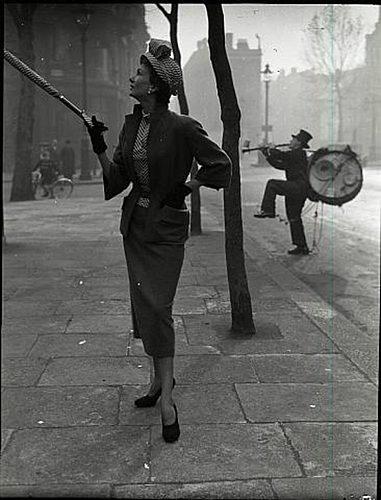 Norman Parkinson - One Man Band, Barbara Goalen, 1949.jpg