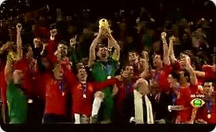 Espanha erguendo a Taça Foto: LG Scarllet