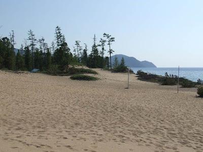 Blick nach Süden - das Tarp des Pickniks liegt geschützt hinter den Dünen.
