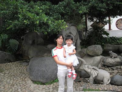 和妈妈一起在东湖公园门口