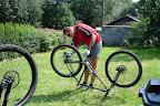 Doktor udaje, ze robi coś przy swoim rowerze