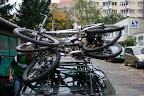 """Wycieczkę zaczynamy od zamocowania rowerów na tzw """"konstrukcji"""""""