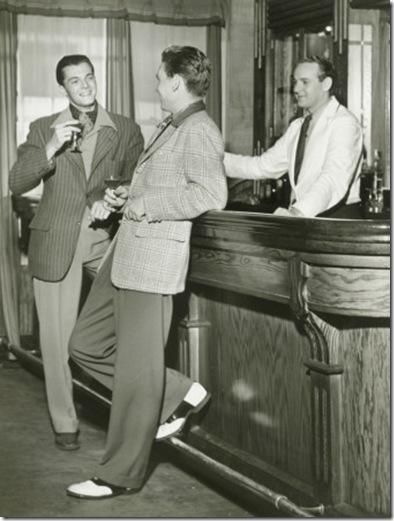 hombres bebiendo