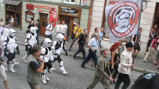 Soldaţii Imperiului supraveghează atent desfăşurarea paradei