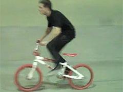 zac efron en bicicleta