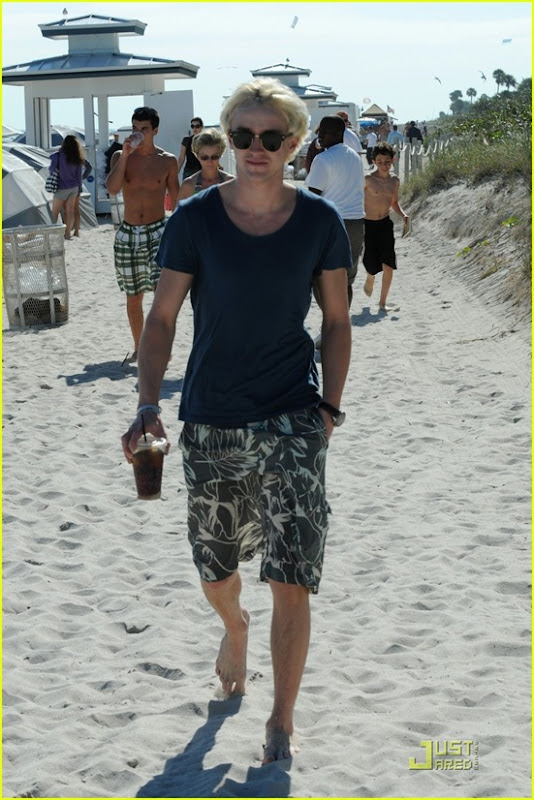 tom-felton-romantic-beach-stroll-girlfriend-06