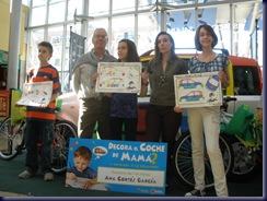Los tres finalistas, con sus diseños originales sobre papel DINA-3 y miembros del Jurado.