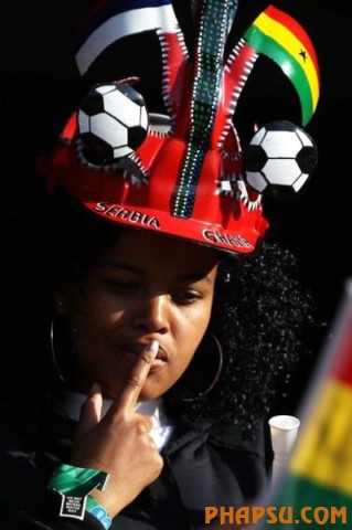 Fans pose before the 2010 World Cup Group B soccer match between Argentina and Nigeria at Ellis Park stadium in Johannesburg June 12, 2010.  REUTERS/Enrique Marcarian (SOUTH AFRICA  - Tags: SPORT SOCCER WORLD CUP)