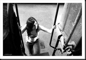 -chica triste-subiendo-al-tren
