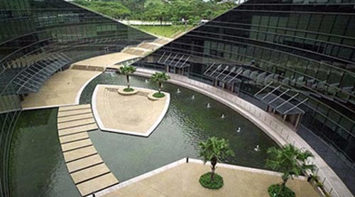 green-roof-art-school-in-singapore-pool