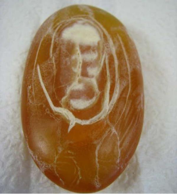 Jēzus seja dzintara gabaliņā