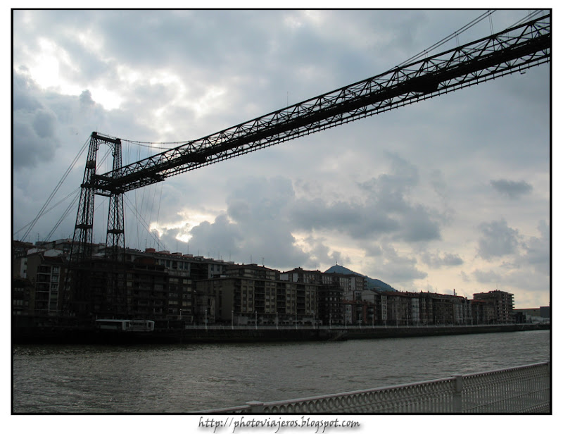 Atardecer sobre puente colgante de Bilbao