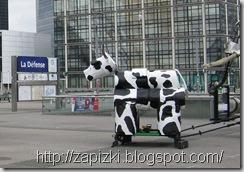 Корова. Париж, район Дефанс.