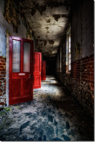Red_doors_and_darkness____by_illpadrino