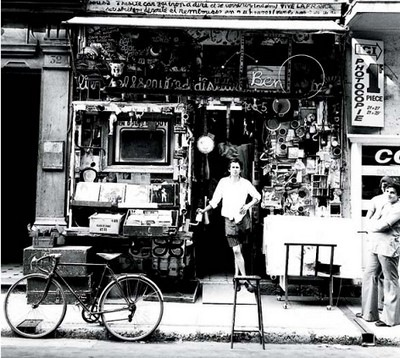 Ben Vautier devant sa boutique, Nice, 1965 - © Ferrero