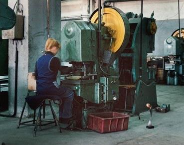 GILLES SAUSSIER, Photographie : Ouvrière au trophée, usine ELBA, Timisoara