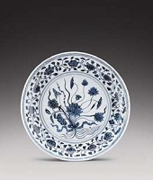 Plat en porcelaine bleu blanc, Chine, Dynastie Ming, Epoque Yongle, XVeme siècle - Lot 32 - Photo courtesy of Sotheby's